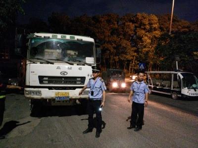 行动!燕罗街道综合执法队深夜突击查扣8辆违规泥头车