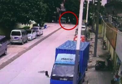 电动车违规充电 男子不满处罚竟投石砸警务室 结果……
