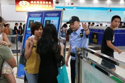 深圳湾口岸迎来暑期客流高峰