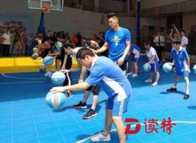 """林书豪现身深圳福利院,和孩子们打起了""""趣味篮球"""""""