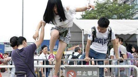 大声喧哗、穿鞋踩椅子……该给孩子补上社会规则这门课