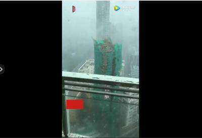 狂风中,20米塔吊突然倒塌,并砸向旁边居民楼......