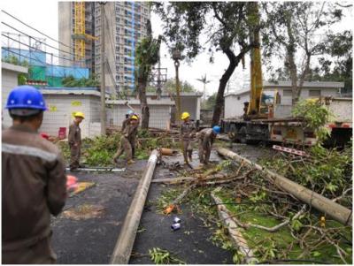 """台风""""山竹""""致大鹏妇保院断电 电力工人冒雨抢修24小时通电"""