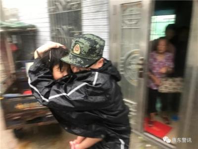 最温暖安心的怀抱!这张山竹灾区救援的照片让人泪目