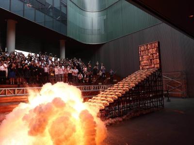 火了!雅昌成立25周年,艺术家蔡国强现场引爆25层阶梯书架