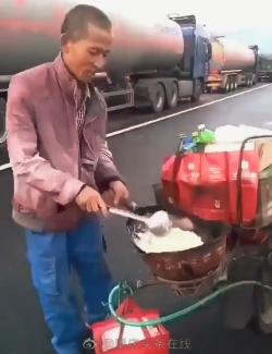 国庆高速上生火卖炒粉?中国消防:发现请举报