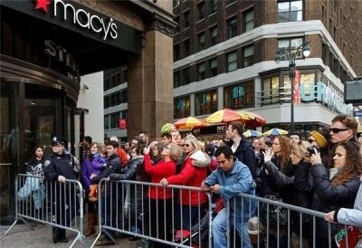 """不惜排队14个小时!美国""""黑五""""线下购物吸引力不减"""