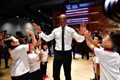 """中国首家""""NBA体验馆""""观澜湖开馆 斯蒂芬·马布里参加典礼"""