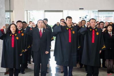 宪法日,法官在宪法墙前庄严宣誓!深圳中院落成全国法院首个新修订后宪法墙