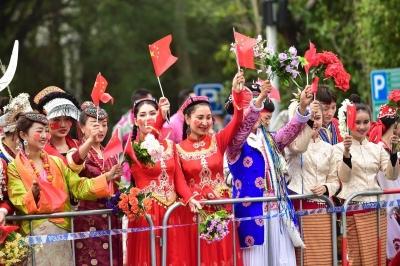 """深圳锦绣中华56民族儿女为""""深马""""健儿加油"""