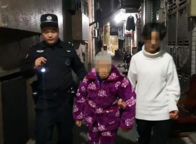 冬夜里迷路的八旬老人 警民合力把她送回了家