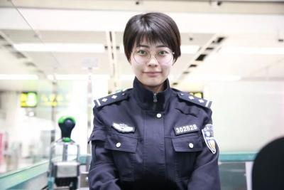 """新年新标志 新时代新风采!今天的边检民警有点""""不一样"""""""