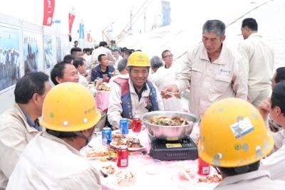 360名建設工人在人工島上享盆菜宴