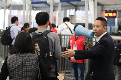 坚守|深圳站客运员薛勇:守好火车站入口安全关