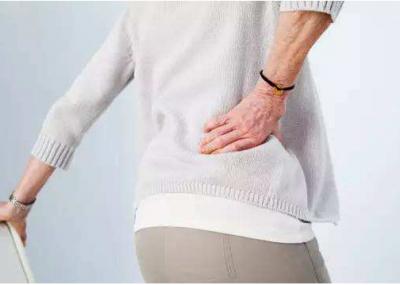 """险些瘫痪!女子脊柱被这种病菌""""掏空"""",这两种腰背疼痛要警惕"""