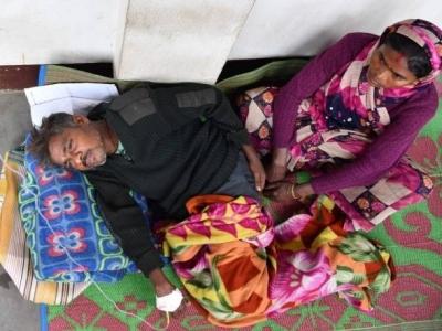 假酒害人!印度94人集体假酒中毒身亡 多为贫穷工人