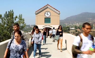 加利福尼亚提出新法案 让住房困难的社区学生能睡在校园车库