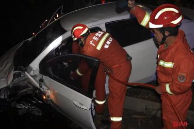 凌晨,一辆小车冲进绿化带翻车!龙岗消防5分钟救出被困司机