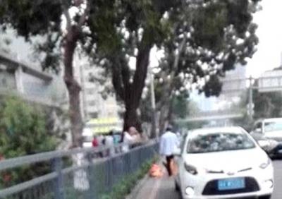 突发!女清洁工路上作业被轿车碾压生死难料