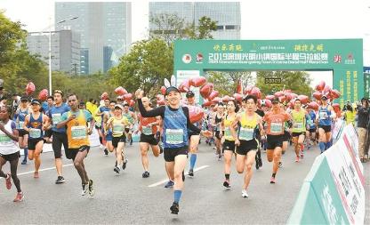 """首届深圳""""光马""""激情开跑 8000名选手跑进""""最美赛道"""""""