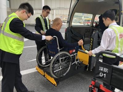 乘机更方便!深航推出残疾人专用无障碍摆渡车