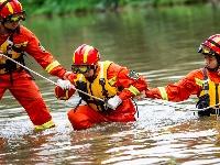 直击现场:消防员河道中挽手前行、潜水员用声呐搜寻失联人员