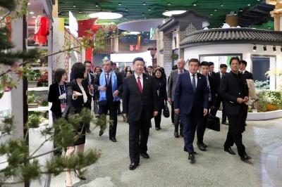 习近平和彭丽媛同出席世园会的外方领导人夫妇共同参观园艺展