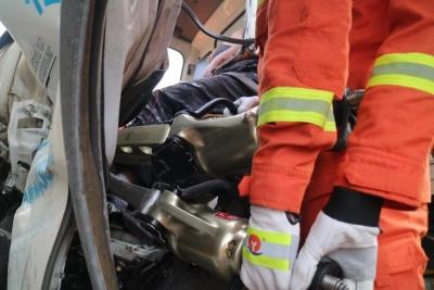 两车追尾男子被困昏迷 消防员将男子从变形车体中救出