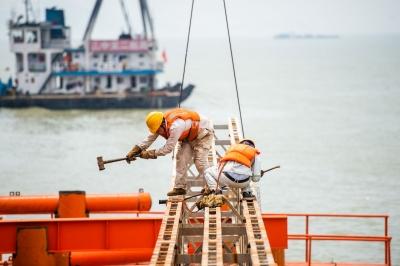 深探路   伶仃洋上造大桥!为了它,500名工人常驻海上