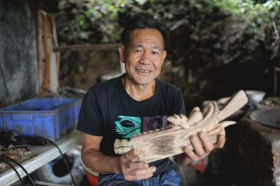 东莞七旬老人隐居深山 雕刻出百只木龙头