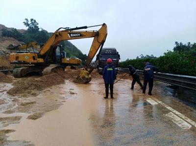 去湛江方向注意!暴雨引发山体滑坡 开阳高速这个路段临时交通管制
