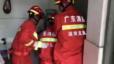 仅用一分钟!1岁男童被困 消防蜀黍巧用破门器将其救出