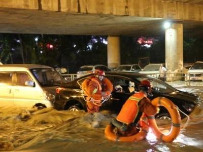 暴雨致宝安石岩内涝!消防队员连夜救出27人