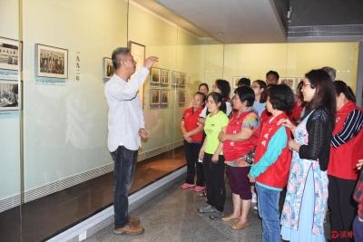 視障人士走進美術館 欣賞國畫名家宋文治作品