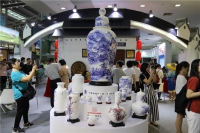 广东大埔青花骨质瓷精品亮相文博会