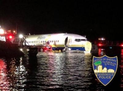美国一架波音737客机冲出跑道坠河 造成21人受伤