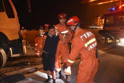 两车相撞驾驶员左脚被卡死 消防员对驾驶室扩张后救出被困人员