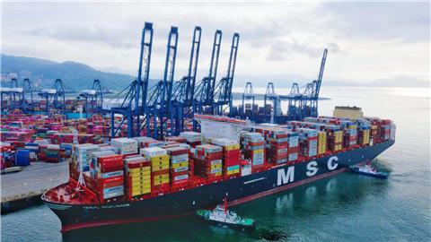 全球最大集装箱巨轮首航全球最繁忙港区