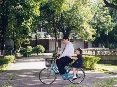 习近平的自行车载过谁?