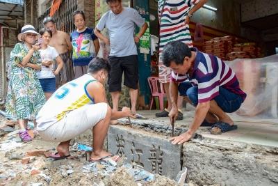 东莞石龙修路挖出清代街道匾额