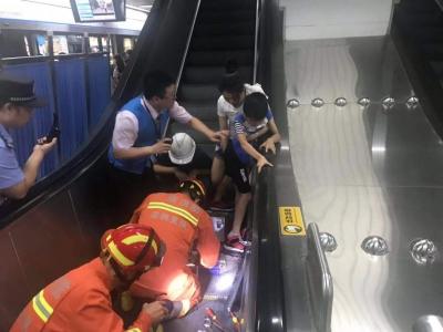 """惊险!地铁站扶梯""""咬""""住男童脚 深圳消防及时救援解除危机"""