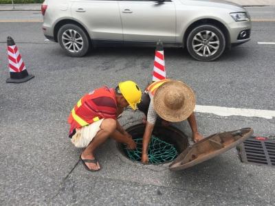 人能在下水道井防坠网上跳,牢固!东莞道滘镇准备安装2602个