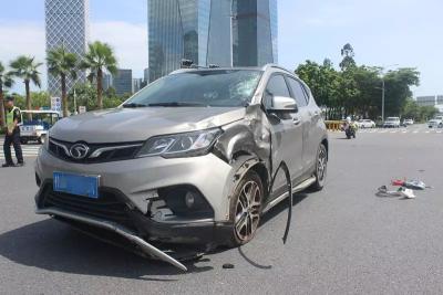 行車不規范,親人兩行淚!電動車與小車疾速沖撞,瞬間車毀人亡!