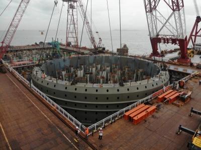 10小時連續施工,深中通道伶仃洋大橋首個鋼吊箱成功下放