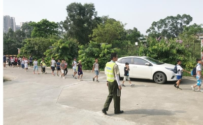 惊险!一辆载有39名小学生的大巴冒浓烟,多亏这群人及时出手