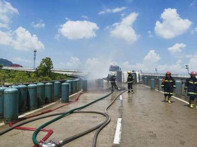太惊险!大货车侧翻,液化石油气瓶遭40度烈日暴晒,消防紧急救援