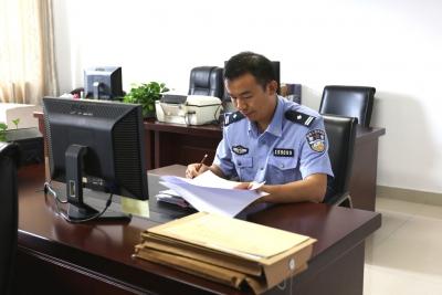 """東莞這位警察,不拿槍而拿""""法律全書"""""""