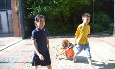两个小学生火了!烈日高温下他们干了件了不起的事