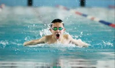 游泳可戴隐形眼镜、婴幼儿游泳好处多?你可能错了