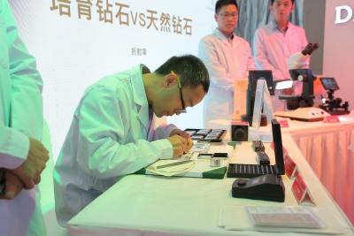 培育鉆石是不是真鉆?深圳國際珠寶展上這場實驗給出答案